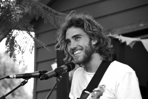 fragile-waters:  loveshattteredpride:  This Matt Corby fellow is fiiiine.  omg