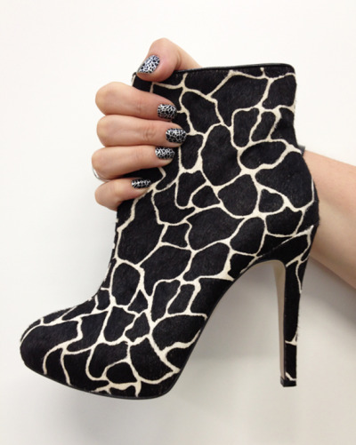 Who can resist matching their nails to their shoes?? Here we have black giraffe ON giraffe… Too far? Reblog if you love this! <3