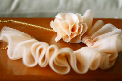 scissorsandthread:  Ruffle Necklace | Ruffles & Stuff I adore soft frills. Ruffles and Stuff has beautiful crafts, and this is no exception. Easy to make, and with a t-shirt and jeans, or shorts and a summer shirt, this? Will add just the right touch of femininity. :)