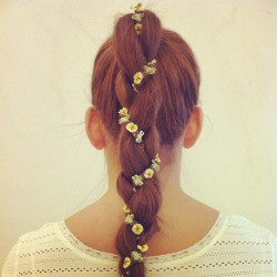 Una opción para volvernos plantas… freepeople:  Hair inspiration: Sadie headband woven into braid