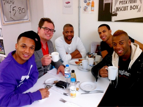 idonteverwanttowakeup:  jlsdaily:   JLS and Alan Carr!   new aston tattoo?  ashdfjhds. i'm positive ast is wear jay's jumper.