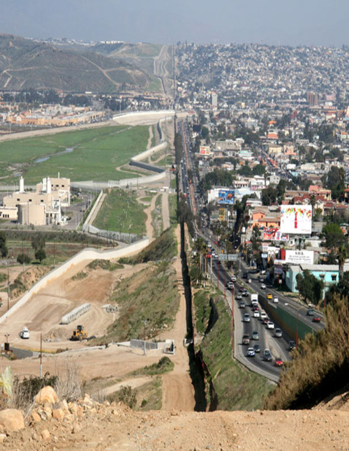 whitekanye:  rawwaves:  neervana:  scaleybark:  U.S.-Mexico Border  literally the coolest picture ive seen on this site  oh my god….  did you know that the left side is the United States and the right side is Mexico? Didja? didja? didja?