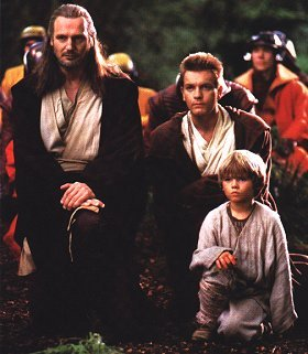 Continuing with our trip trought Episode I, here are Qui Gon Jinn, Obi Wan Kenobi and a little Anakin Skywalker at Naboo. Obi Wan, Qui Gon Jinn's padawan, soon would become young Skywalker´s master after the death of Qui Gon