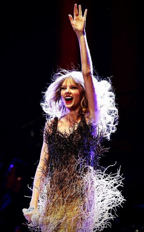 Aw, Taylor Swift looks adorable in a fringe dress!