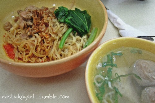 I love noodle. Yeah.. I'm the queen of carbo, haha..  (pic: Es Teler 77 spicy noodle at foodcourt Carrefour Lebak Bulus)