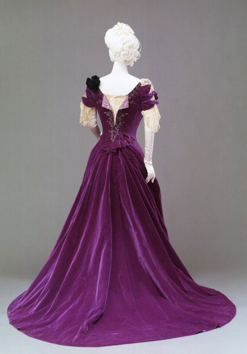 fripperiesandfobs:  Evening dress ca. 1900's From the Museums of Florence