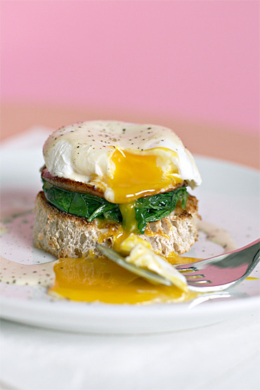 bkfst:  (via Poached eggs with shiitake mushrooms, wilted arugula and white truffle cream — food & style)