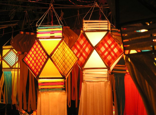 Have you ever seen these? Vector equilibrium lamps, part of the Diwali Festival in India. I've seen the 5 point star lanterns, but never these