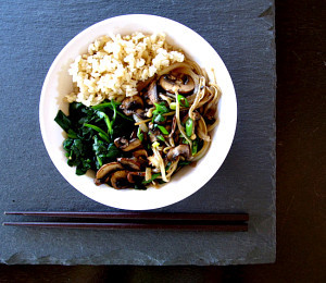 Asian-inspired rice bowl with mushrooms and spinach via findvegan