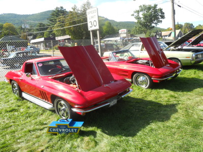 carsandetc:  Nice pair of early Corvette Stingrays, showing some of the changes that were done to the design during its first few years of existence