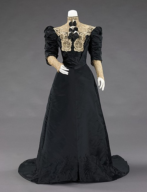 omgthatdress:  Evening Dress Jean-Philippe Worth, 1900-1905 The Metropolitan Museum of Art