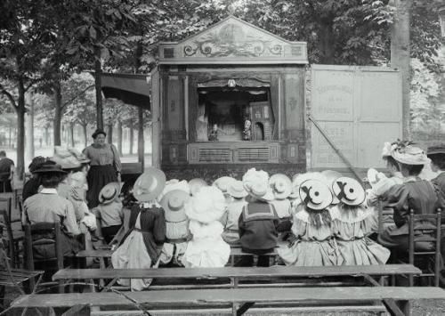 edwardianera:  Puppet show, Luna Park, Paris in 1910  Pretty hats!