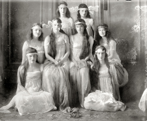 lostsplendor:  Society Girls, c. 1915 (via Shorpy Historical Photo Archive)