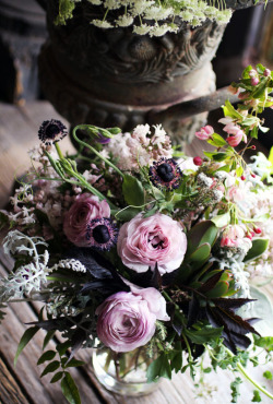 bride2be:  ranunculus, lilac, sweet pea, geranium, jasmine, anemones, dusty miller, crabapple, etc. (via SAIPUA: some of yesterday's deliveries) wowza, so in love with this floral arrangement!