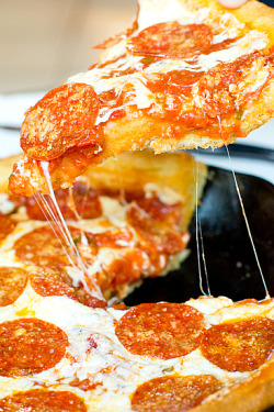 gastrogirl:  chicago-style deep-dish pizza.
