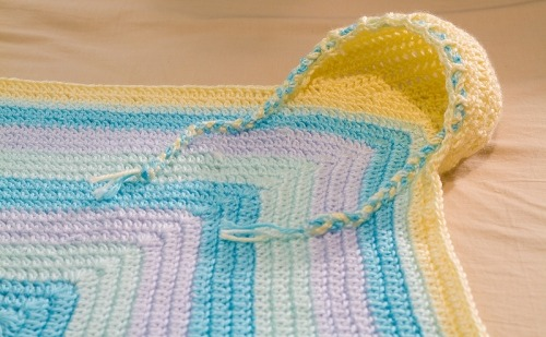(via Crochet hoodie blanket – free pattern! « The Blue Brick | Photography and Handcrafts by Shireen Nadir)