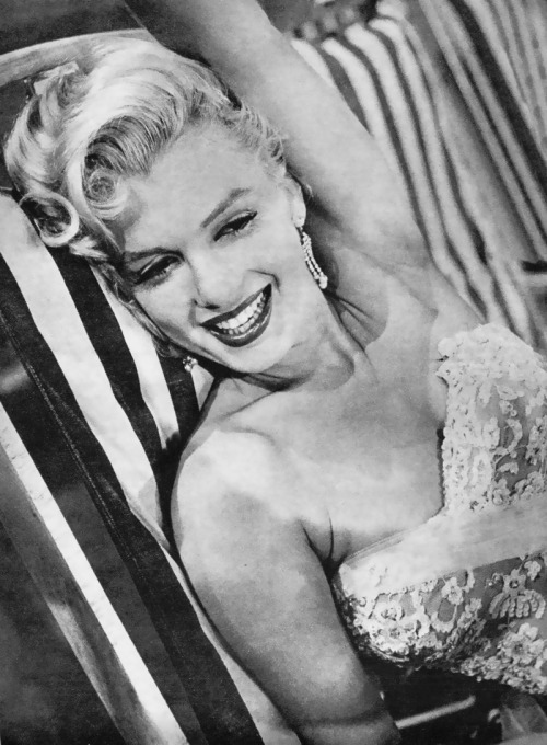 hollyhocksandtulips:  Marilyn Monroe on the Jack Benny Show, 1953