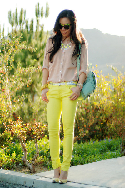 Street Chic_ Hallie from HallieDaily is ON TREND with her neon yellow skinny jeans from Forever 21, American Apparel shirt, ASOS bag, ZARA shoes, Karen Walker sunnies, and Rockspapermetal necklace. What really makes this look flawless is that she grounded her neons with a neutral (beige) it really makes the look youthful and sophisticated.
