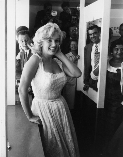 theniftyfifties:  Marilyn Monroe  LOOK AT THAT BODY.