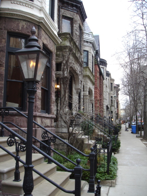 romanesque houses on roslyn place, lincoln park neighborhood.