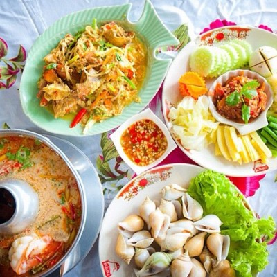 thetrippacker:  Showing off some of the recommend dishes at Duansuk Seafood Restaurant #Phuket #Thailand #instagram #thaistagram - http://bit.ly/zogYTn (Taken with instagram)