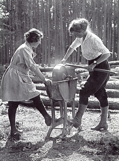 windwrinkle:  thatkindofwoman:  the-seed-of-europe:  Women's Forestry Corps, UK 1918.  Can I go here?  gettterrr done