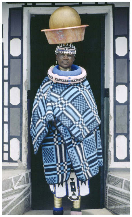 fixed-air:  beauty anotherafrica:  Ndebele woman carrying beer in a traditional beer clay vessels, circa 1983 in Limpopo Rural, Limpopo, South Africa. Image courtesy of the United Nations Flickr Photo Library.