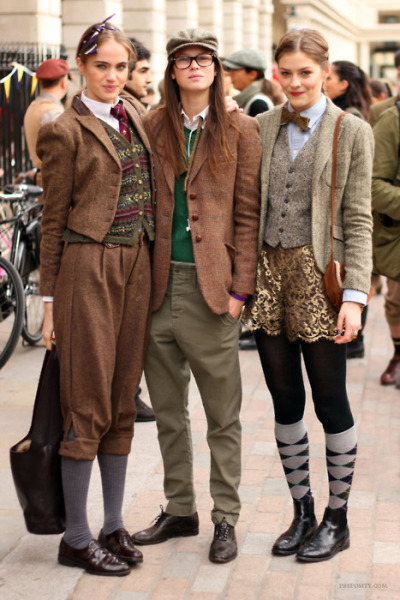 lord-kitschener:  sunshineandfeelingfine:  tweed run girls  BE STILL OH MY HEART.