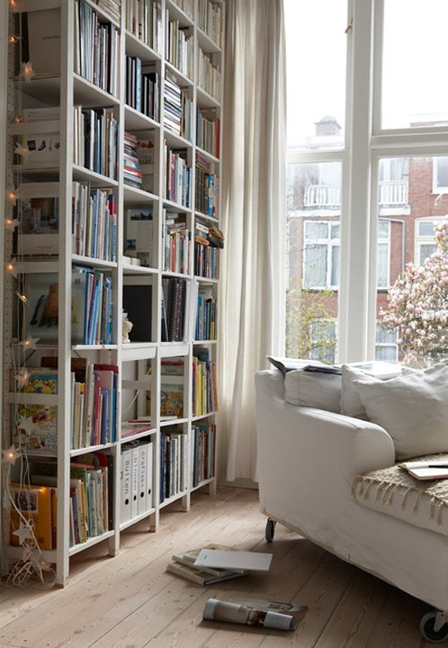 myidealhome:  weekend is coming (via Inspiration / bookshelves)