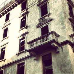 Hunted House ~ #huntedhouse#hunted#house#building#houses#milan#italy#instagram#instagramers#popular#instadaily#photo#ipod#iphonegraphy#photography#shots#picture (Taken with instagram)