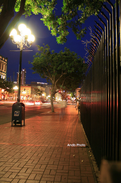 Gaslamp at night time  by: Andb