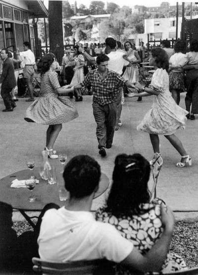 makelovetothemoon:   Les guinguettes, Willy Ronis, Joinville, 1947