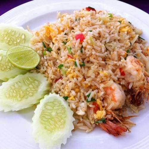 I WANT THIS SO BADLY RIGHT NOW!!! Thai fried rice never gets old. the best fried rice I ever had was made by the housemaid at my first home. Koon Took, She was the one person in that house who cared for me. Sometimes when she didn't have chicken or shrimp, she'd use hotdogs =D
