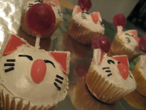 gaminginyourunderwear:  Nerd Noms of the Day! insatiable-geek: Moogle Cupcakes! One box white cake batter White frosting  Two dozen red lollipops Pink jelly beans Chocolate sprinkles Starbursts, strawberry and/or raspberry flavors Black gel You can read SnackorDie's full recipe on Instructables: http://www.instructables.com/id/Final-Fantasy-Moogle-Cupcakes/  Oh jesus, I need one of these. In my mouth. Now.