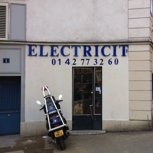 Running out of space? No problem! #typography #typo #bigfail #electricite #paris #makesmelaugh #funny #solution (Pris avec instagram)