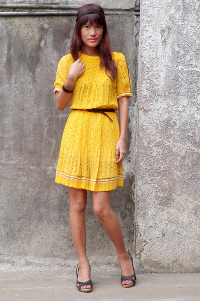 I love yellow!! And bright colors! This dress is really cute.
