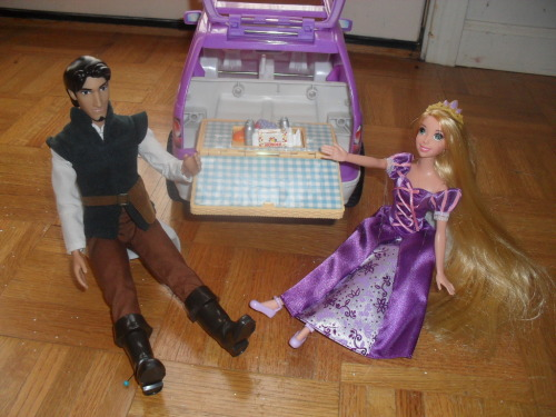 Flynn and Rapunzel have a picnic from the back of Flynn's minivan.