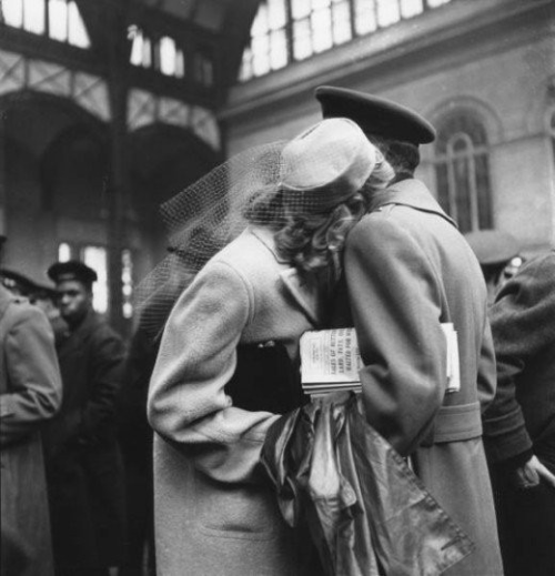 justanotherhistoryblog:  Goodbye at Pennsylvania Station, 1940s.