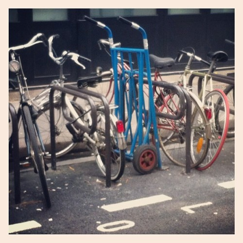 Parking Deux Roues #parking #twowheels #bike #velo #bici #salvaiciclisti (Pris avec Instagram à Paris)