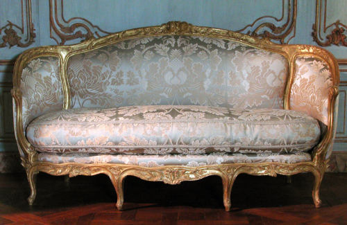 a-l-ancien-regime:  Sofa (Canapé à Confidents) Jean-Jacques Pothier  (master 1750, working until ca. 1780) Date: ca. 1765 French  Medium: Carved and gilded beechwood, upholstered with modern blue and silver silk lampas. Rococò