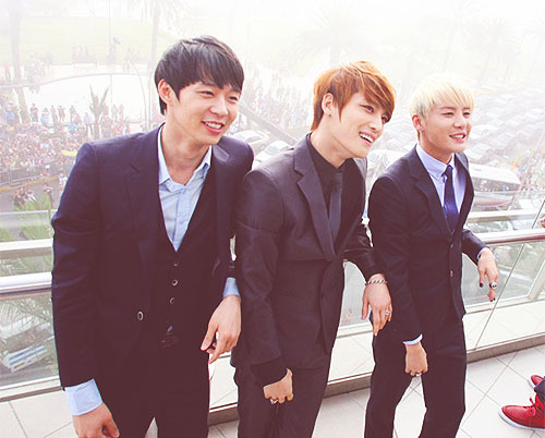 farahchun:  JYJ's smiling Outside Hotel Marriot in Peru