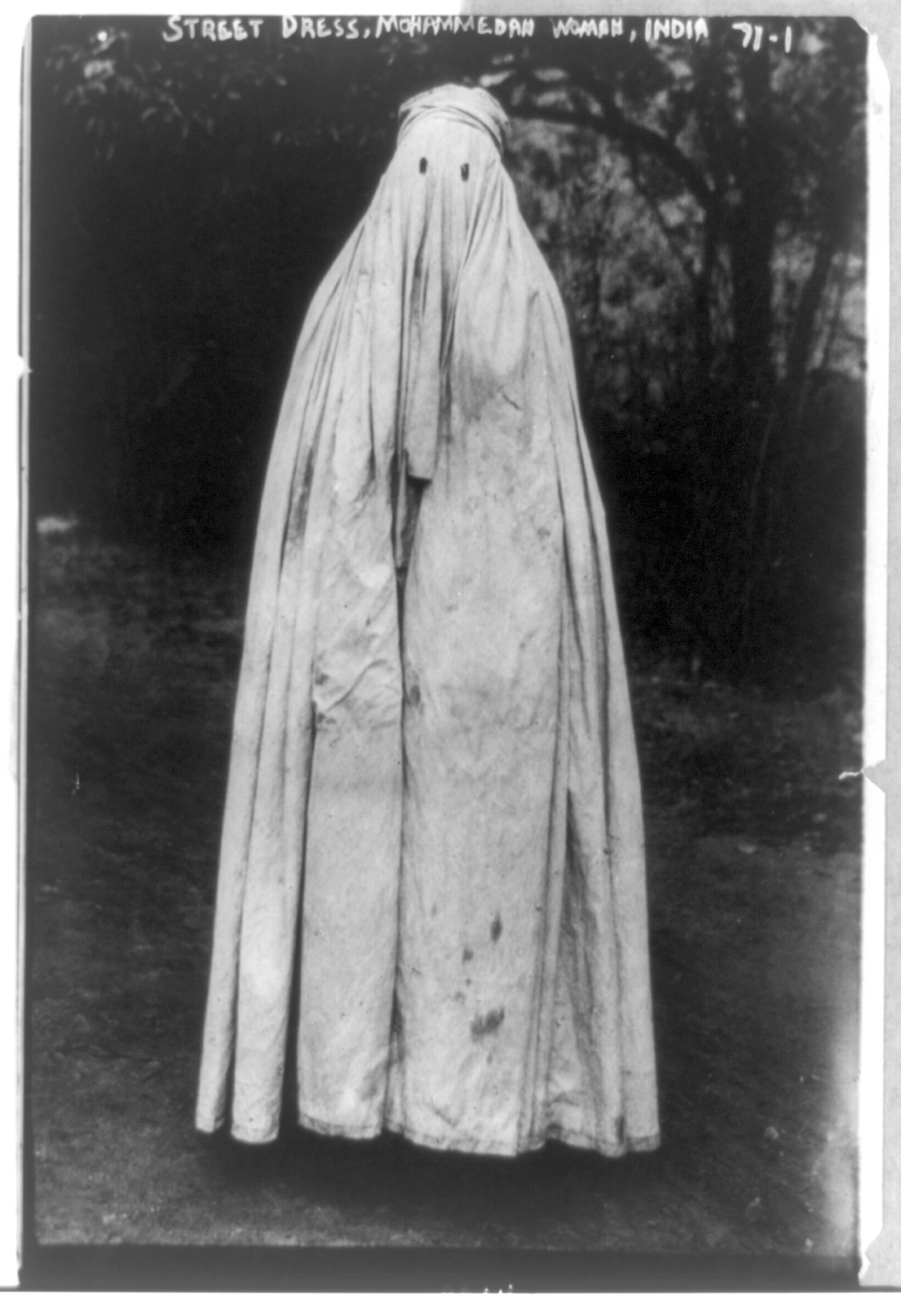 Photographic Portrait Of A Muslim Woman In Street Dress, India, Circa 1900-1915 (via androphilia)
