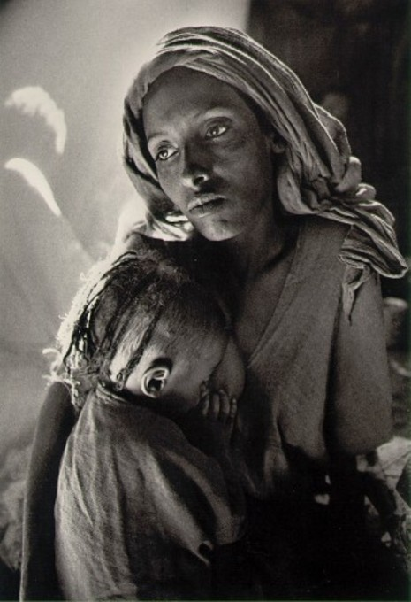 fotojournalismus:  Children's ward in the Korem refugee camp, Ethiopia, 1984. [Credit : Sebastião Salgado]