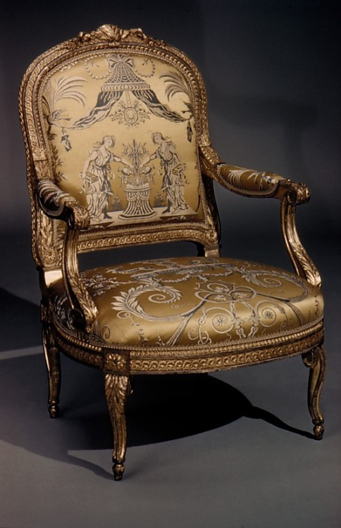 a-l-ancien-regime:  Armchair Georges Jacob  (1739–1814, master 1765) Date: ca. 1770–80 Culture: French (Paris) Medium: Carved and gilded walnut, gold and blue lampas  Transizione dal Rococò al Neoclassico.
