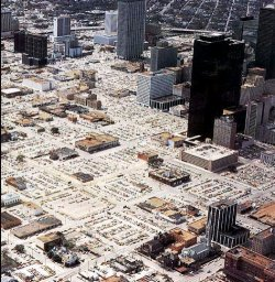 intrusionesarch:  Houston: Doughnut City The term Doughnut City is used to describe a phenomenon that affects the physical shape of some cities of the North American Sun Belt. It consists of the concentration of urban activity on the ring road (where the newest and most advanced generation of housing estates and office parks are located) and the parallel physical disappearance of all that remains inside (the interior is affected by an accelerated process of obsolescence that leads to the demolition of a multitude of buildings). Viewed from a European perspective, the Doughnut City is a phenomenon that goes against nature. If in the cities of the Old Continent proximity to the center means an added value, in the Doughnut City quite the reverse is true: the most eligible urban areas are on the final periphery.