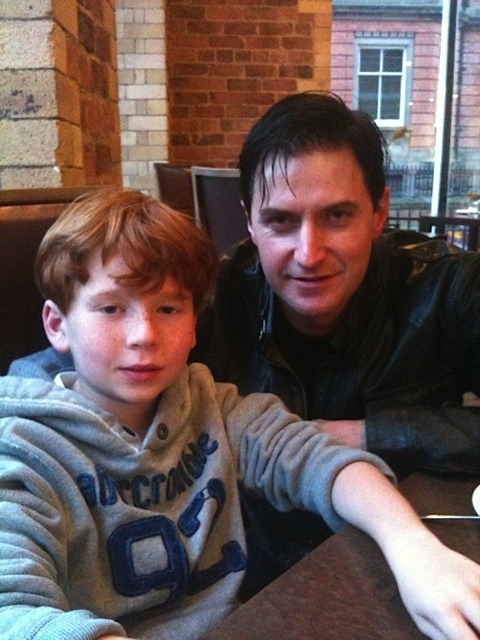 recycledvinyl:  Richard Armitage and Max Newman (the child Heinz throws into the canal).  All credit goes to Bccmee!  这个世界上居然还存在RA的新图!!!!