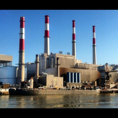 #powerplant #queens #nyc #ship #lemon #creek #smokestacks #pipes #reflections #water #river #lady_birdseyeview  (Taken with Instagram at Queens)