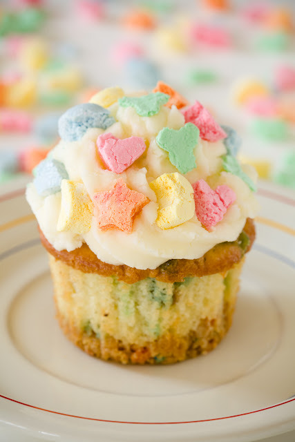 cupcakejunkie:  Lucky Charms cupcakes feature a triple dose of luck: a Lucky Charms crust, Lucky Charms mixed into the cupcake batter, and Lucky Charms marshmallows on the frosting. (via Lucky Charms Cupcakes for St. Patrick's Day ~ Cupcake Project)