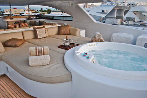 dailyluxury:  What a f*cking great boat.