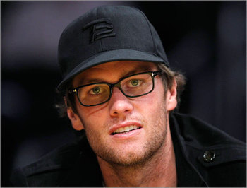 Brady causes spectacle at Celtics vs. Lakers  - Tom Brady caused a spectacle at Sunday's Celtics-Lakers game in Los Angeles. The Patriots QB looked way too comfortable sitting court-side and chatting with his pal Kobe Bryant during Boston's 97-94 to the Lakers at the Staples Center.